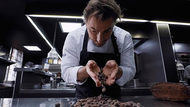 Jordi Roca manipula piezas de cacao