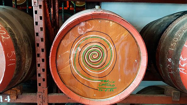 Las barricas donde descansan los rones han sido rubricadas por algunos artistas, entre ellos martín Chirino | Foto: José L. Conde