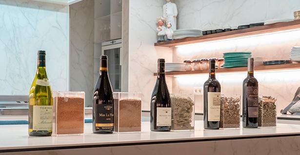 Los vinos de Torres, junto a una muestra del suelo en el que crecen las vides