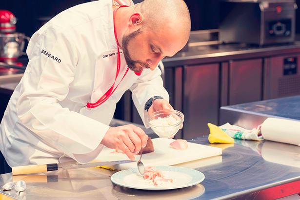 El chef Juan Carlos Curpa mostró sus trabajos con el atún y la corvina en salazón que desarrolla en el restaurante El Jardín de la Sal