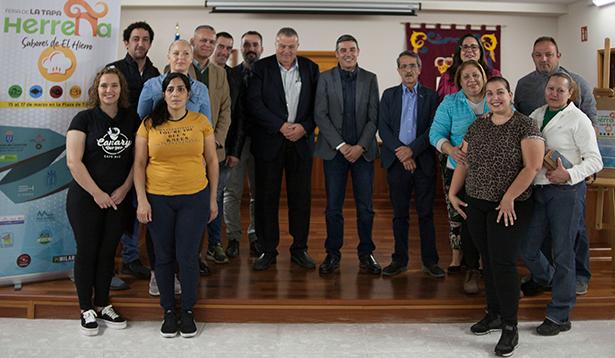 Foto de familia de autoridades y participantes en la Feria de la Tapa herreña