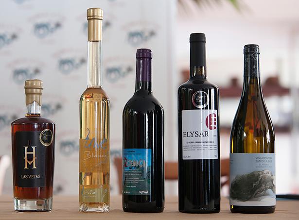 El vino de Uwe Blanco El Hierro, segundo por la izquierda en la foto,  ha recibido el Bacchus de Oro 2019.