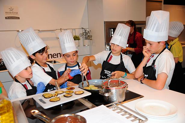 Los más pequeños también se divierten en la cocina   Foto: Luis Camejo