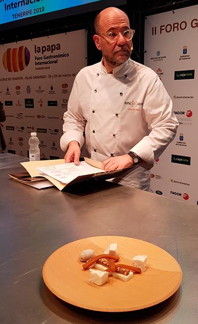 Jordi Butron con el plato elaborado en el Foro de la Papa | Foto: José L. Conde