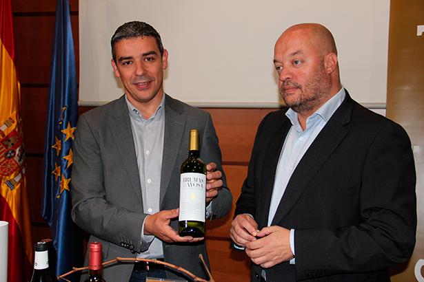 El consejero del área, Narvay Quintero, y el director del ICCA, José Díaz-Flores, con el vino ganador