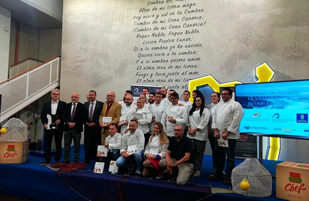 Foto de familia de la presentación del recetario con los cocineros que han elaborados las recetas