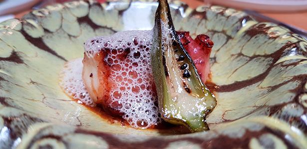 Pulpo asado con una salsa de colágenos de cerdo, ocra y palo cortado de Joao Faraco | Foto: J. L. Conde