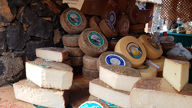 Exposición de quesos en Pinolere   Foto: J. L. Conde