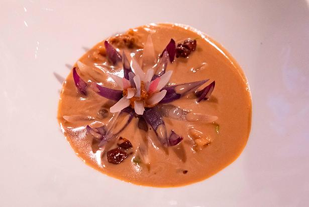 Sopa de queso Pajonales con cebolla con nueces caramelizadas al curry, uno de los platos elaborados por Joan Roca