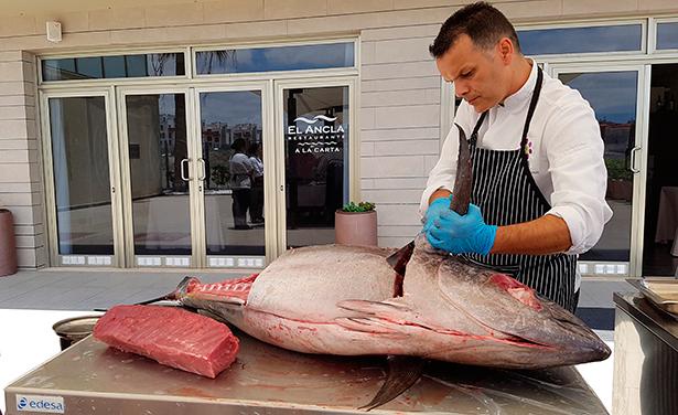 El chef Juan Carlos Clemente, durante el ronqueo de un atún | Foto: J. L. Conde