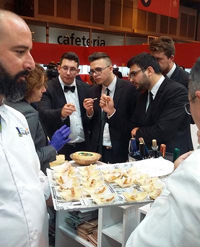 Asistentes a la feria prueban el queso de Gran Canaria