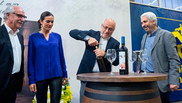 El presidente del Cabildo de Gran Canaria descorcha una botella de vino junto a Miguel Hidalgo, Pedro Suárez y Sandra Armas