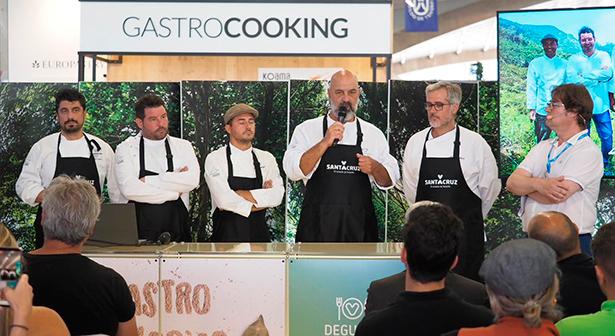 De izquierda a derecha, los cocineros Alberto González, Carlos Villar, Pablo Amigó, Marcos Tavío y Nacho Solana, y Fran Belín, periodista gastronómico