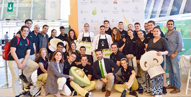 Alumnos de Hecansa posan en el aula de GastroCanarias junto al gerente, Alberto Ávila y la directora del Hotel Escuela de Santa Cruz