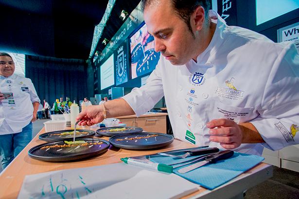 Gonzalo Calzadilla, durante la elaboración de su plato