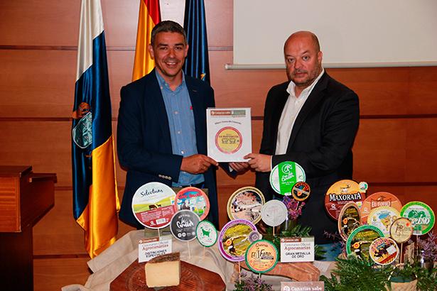Narvay Quintero y José Díaz-Flores posan con algunos de los quesos premiados