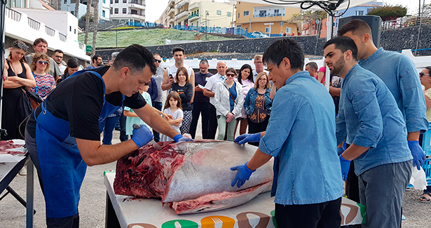 Ronqueo de atún en el puerto de Alcalá, en Guía de Isora, un ejemplo de la puesta en valor de la riqueza y atractivo de productos locales de mar | Foto: J. L. Conde