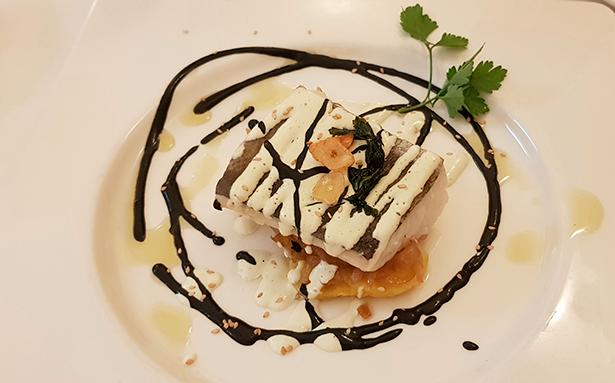 Bacalao confitado con salsa de calamar y alioli ligero | Foto: J. L. Conde