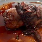 Manitas de cerdo rellenas de foie y setas con salsa de ceps   Foto: J. L. Conde