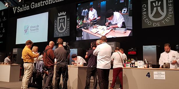 Periodistas y miembros del jurado siguen la evolución de uno de los concursantes en el Campeonato de Cocina | Foto: J. L. Conde