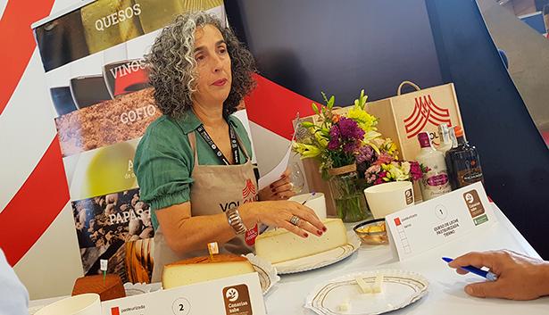 El público escucha las explicaciones sobre los quesos que pudieron catar durante la sesión de ayer | Foto: J. L. Conde
