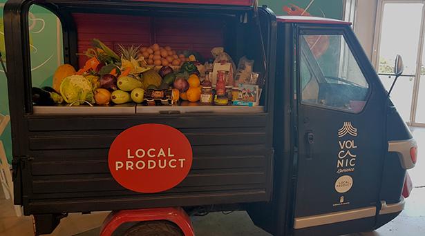 La furgoneta de productos locales, entre ellos los huevos, bajo la marca Volcanic Xperience | Foto: J. L. Conde