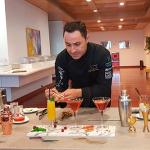 Óscar Lafuente, profesor de coctelería remata los cócteles que se sirvieron con los aperitivos | Foto: J. L. Conde