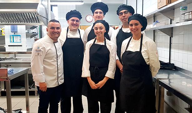 El chef Rubén Cabrera con los alumnos del Hotel Escuela de Santa Cruz con los que ha trabajado el nuevo menú   Foto: J. L. Conde