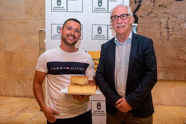 Mario Quintana, ganador del concurso, junto a Manuel Hidalgo, consejero de Soberanía Alimentaria