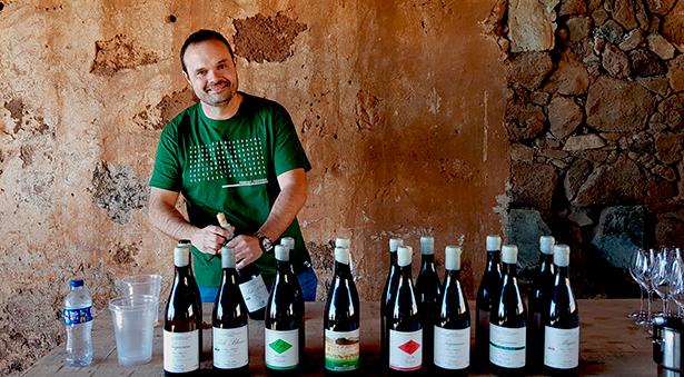 Roberto Santana descorcha algunos de sus vinos   Foto: J. L. Conde