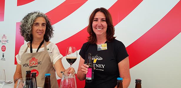 Zebina Hernández, con Esther Pérez, copropietaria de la cerveza artesanal Chutney | Foto: J. L. Conde