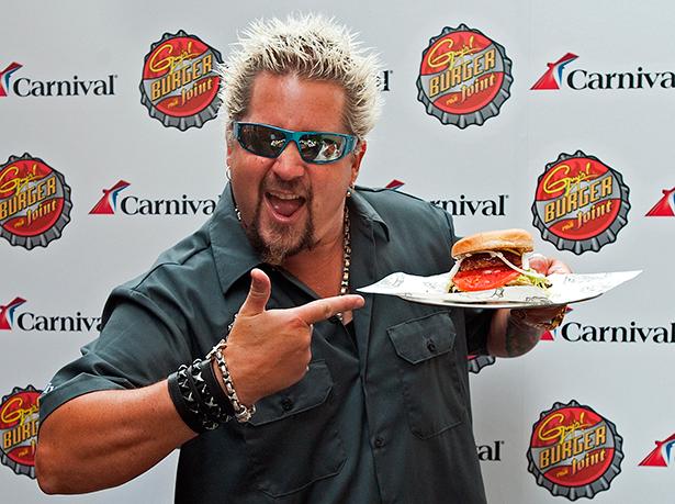 El conocido chef Guy Fieri presume de hamburguesa en Carnival Cruises