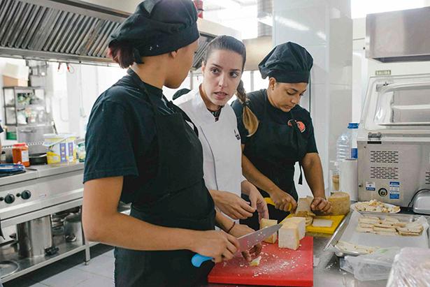 Eliana Real, cocinera de La Brasserie, con dos alumnas de Añaza