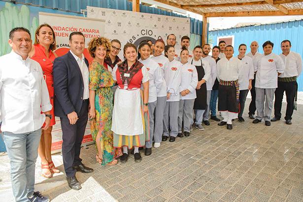 Foto de familia de los alumnos, personal del hotel Bahía del Duque, organizadores y colaboradores de la iniciativa