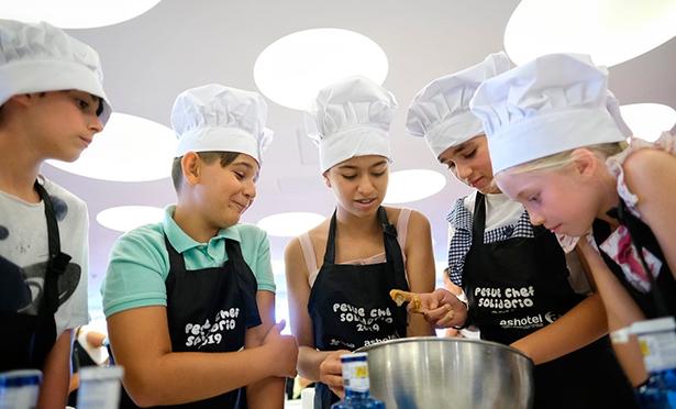Los peque chefs prepararon barritas energéticas de chocolate negro, blanco y arándanos | Foto: A. Gutiérrez