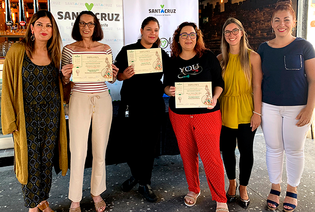 La primera teniente de alcaldesa y concejala de Promoción Económica, Matilde Zambudio (i), posa con los premiados