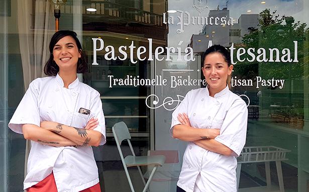 Naira y Marta posan delante de la pastelería La Princesa, en La Laguna | Foto: J. L. Conde