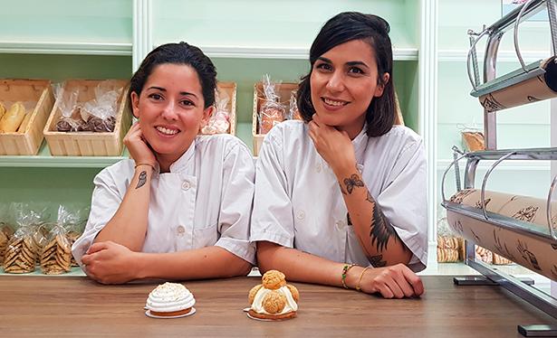 Naira Domínguez (d) y Marta Santos, con dos de sus pasteles preferidos: el Lubumba y el San Honoré | Foto: J. L. Conde