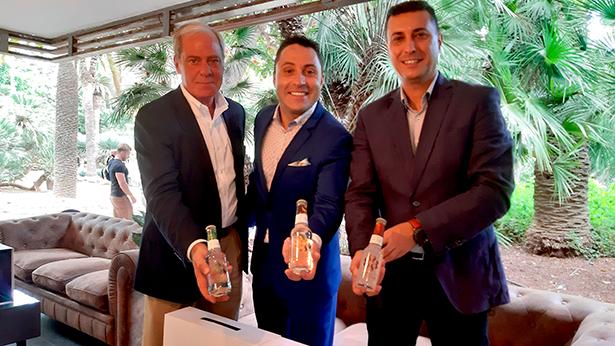 Rolando Soler, jefe de comunicación en Canarias de Coca-Cola Europea Partners, Óscar Lafuente y Víctor Morales, responsable de Comunicación en esta provincia