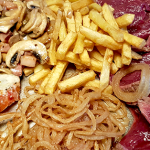 Las Chozas: Solomillo a la piedra con champiñones, cebolla frita, papas fritas y pimientos | Foto: J.L. Conde