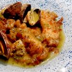 Cocochas de bacalao crujiente en su caldo con almeja fina | Foto: José L. Conde
