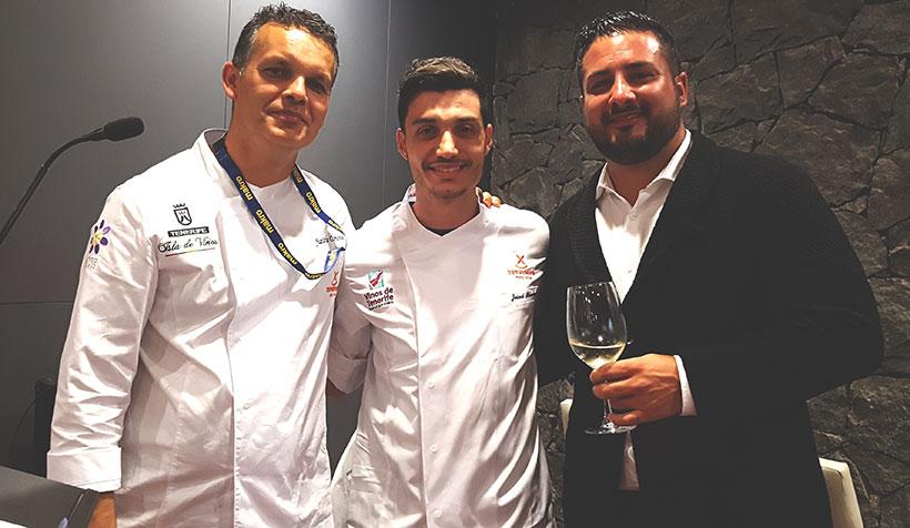 Josué Mendoza (c), acompañado del chef Juan Carlos Clemente y el bodeguero Borja Pérez | Foto: J. L. Conde