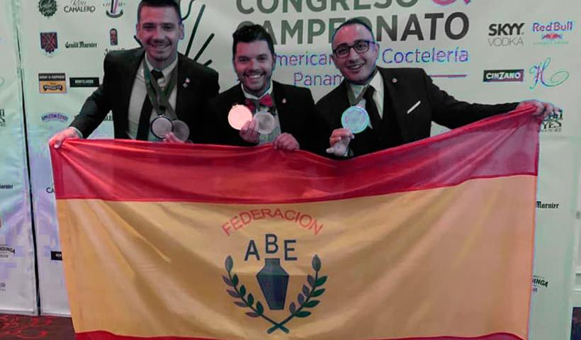 Los representantes españoles, con sus medallas