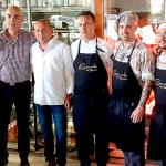 El propietario, junto al equipo de cocina y de sala   Foto: J. L. Conde