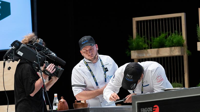 El chef Diego Schattenhofer, sobre el escenario del Kursaal | Foto: Coconut