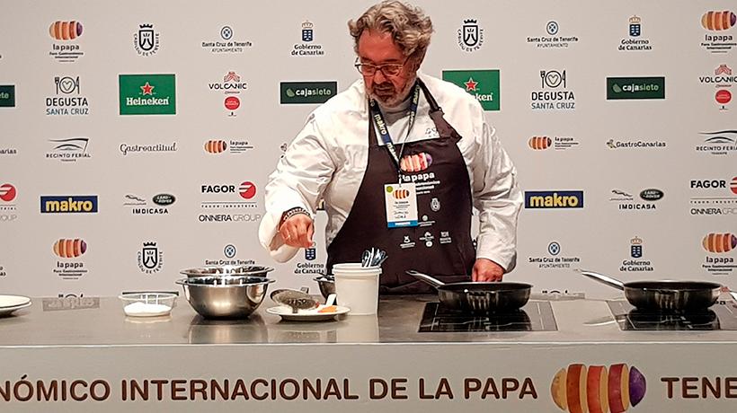 Juanjo López Bedmar prepara una tortilla de papas en el Foro de la Papa celebrado en Tenerife | | Foto: J. L. Conde