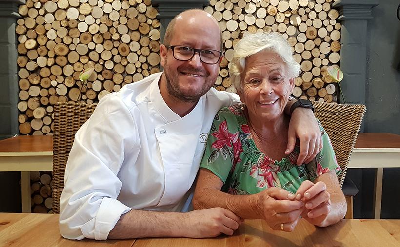 Seve Díaz junto a su madre, Blanca Yanes, en su restaurante | Foto: José L. Conde