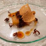 Anguila ahumada con cebolla caramelizada y manzana   Foto: José L. Conde