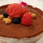 Mousse de chocolate, helado de frambuesa y crumble de avellanas   Foto: José L. Conde
