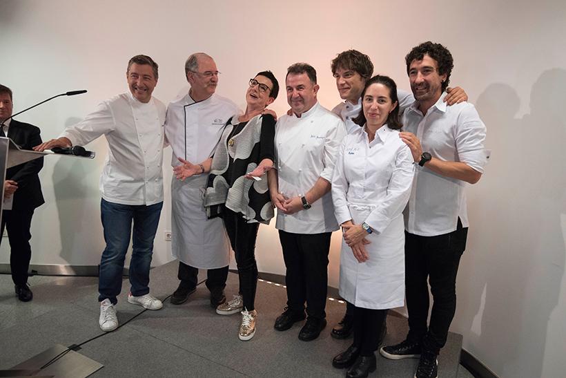Carme Ruscalleda posa con los cocineros que le rindieron homenaje | Foto: Coconut